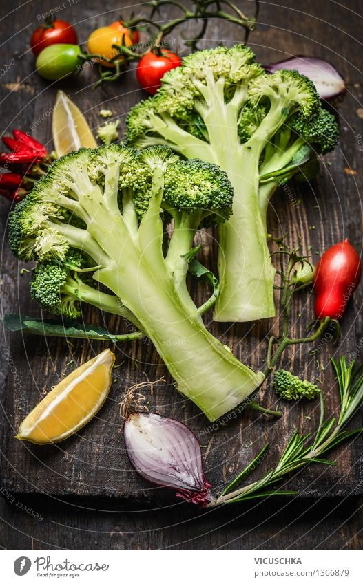 Brokkoli in Hälften geschnitten mit vegetarischen Zutaten Lebensmittel Gemüse Ernährung Mittagessen Abendessen Büffet Brunch Bioprodukte Vegetarische Ernährung