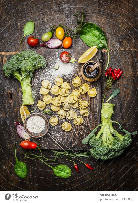 Tortellini mit frischem Gemüse Gesunde Ernährung dunkel Leben Foodfotografie Stil Lebensmittel Design Häusliches Leben Tisch Kochen & Garen & Backen