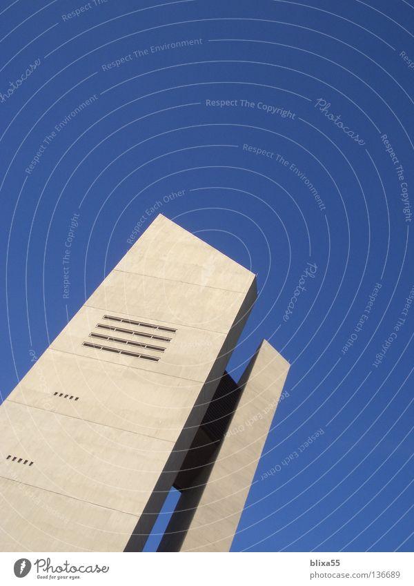 Spitze ins Nichts Beton Schönes Wetter steil Gotteshäuser Niedersachsen Kirchturm Glockenturm Hildesheim