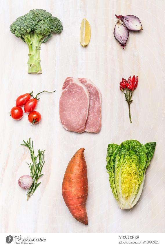 Schweinesteak und frisches Gemüse und Zutaten Lebensmittel Fleisch Salat Salatbeilage Kräuter & Gewürze Ernährung Mittagessen Abendessen Festessen Bioprodukte