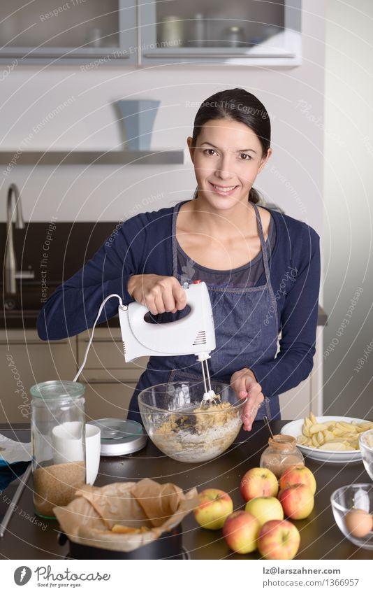 Junge Frau, die einen Apfelkuchen in der Küche backt Frucht Ernährung Diät Schalen & Schüsseln Koch Erwachsene 1 Mensch 30-45 Jahre Herbst stehen frisch modern