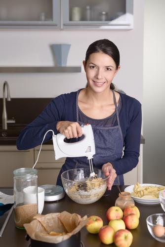 Junge Frau, die einen Apfelkuchen in der Küche backt Mensch Erwachsene Herbst Frucht frisch modern stehen Ernährung Kochen & Garen & Backen Ei