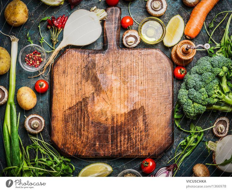 Frisches Gemüse und Zutaten fürs Kochen um Schneidebrett Lebensmittel Salat Salatbeilage Kräuter & Gewürze Öl Ernährung Mittagessen Abendessen Bioprodukte