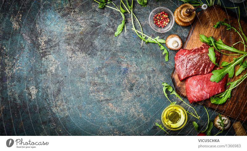 Raw Rindersteak und frische Zutaten Lebensmittel Fleisch Salat Salatbeilage Kräuter & Gewürze Öl Ernährung Mittagessen Abendessen Büffet Brunch Festessen