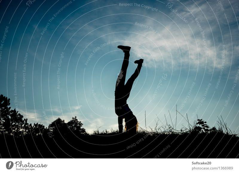 Handstand Sport Lifestyle Freizeit & Hobby Kraft Fitness sportlich stark langhaarig Sport-Training Turnen üben Handstand