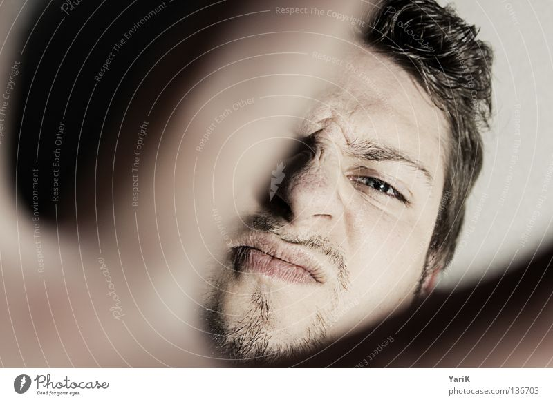urgs Mann Blick Anschnitt Pullover Kapuzenpullover mehrfarbig scheckig spritzen dunkel schwarz ducken Deckung Täuschung geheimnisvoll Selbstportrait Porträt