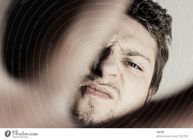 urgs Mann Hand Gesicht Auge schwarz dunkel oben Haare & Frisuren hell Angst Vogel Beleuchtung Finger Perspektive gefährlich Ecke