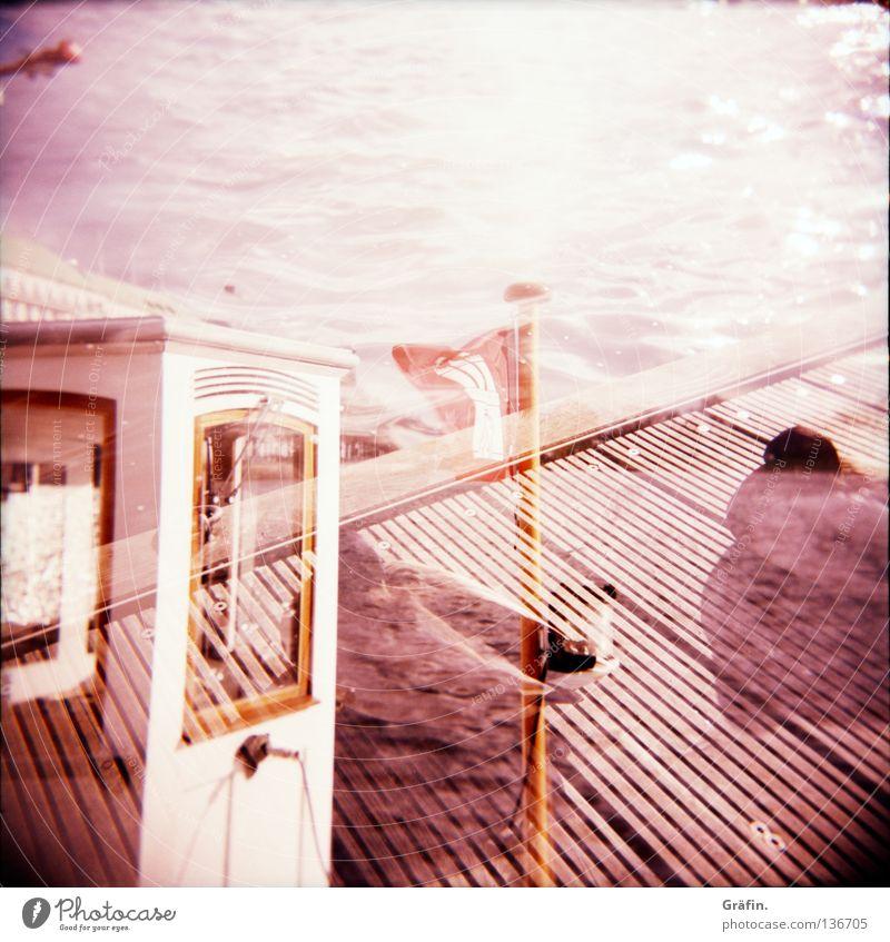 Morgens an der Alster Wasserfahrzeug fahren 2 Mittelformat Holga Wellen Binnenalster Reling Sonnenstrahlen Am Rand Wolken Schönes Wetter Steg Fahne Fahnenmast