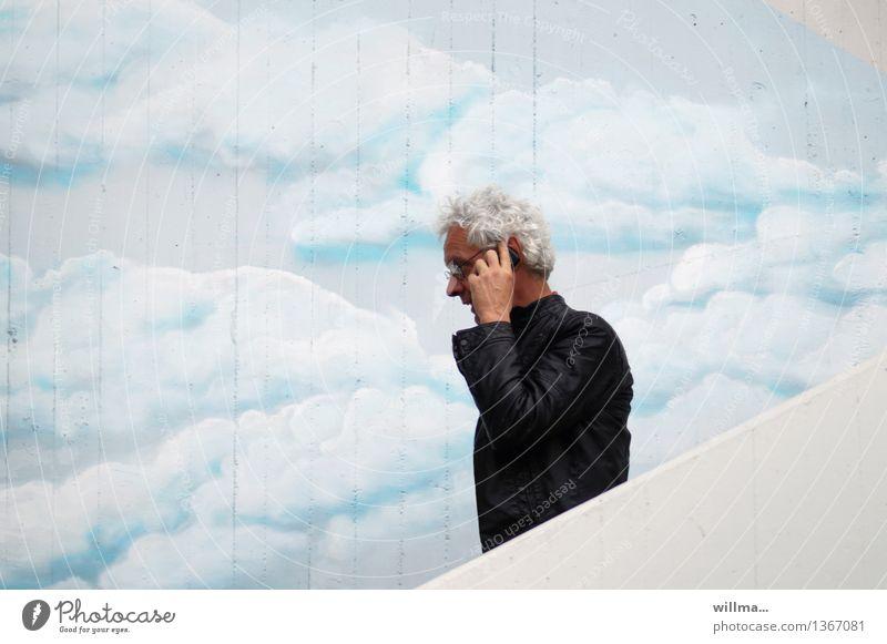 Telefonierender Mann auf Treppe vor bemalter Wolkenwand telefonieren Telekommunikation Smartphone Handy sprechen PDA weißhaarig Kommunizieren Telefongespräch