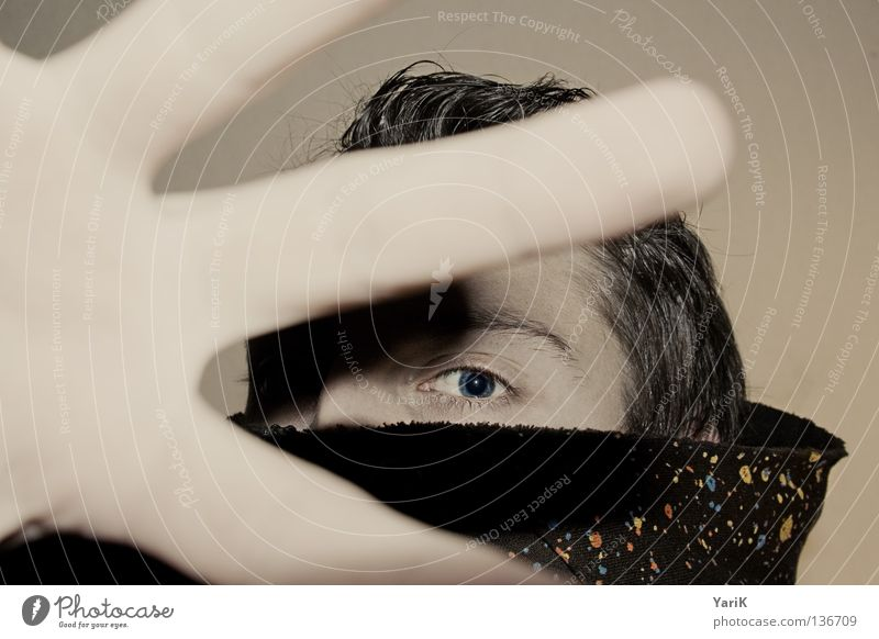 handfull Mann Blick Anschnitt Pullover Kapuzenpullover mehrfarbig scheckig spritzen dunkel schwarz ducken Deckung Täuschung geheimnisvoll Selbstportrait Porträt