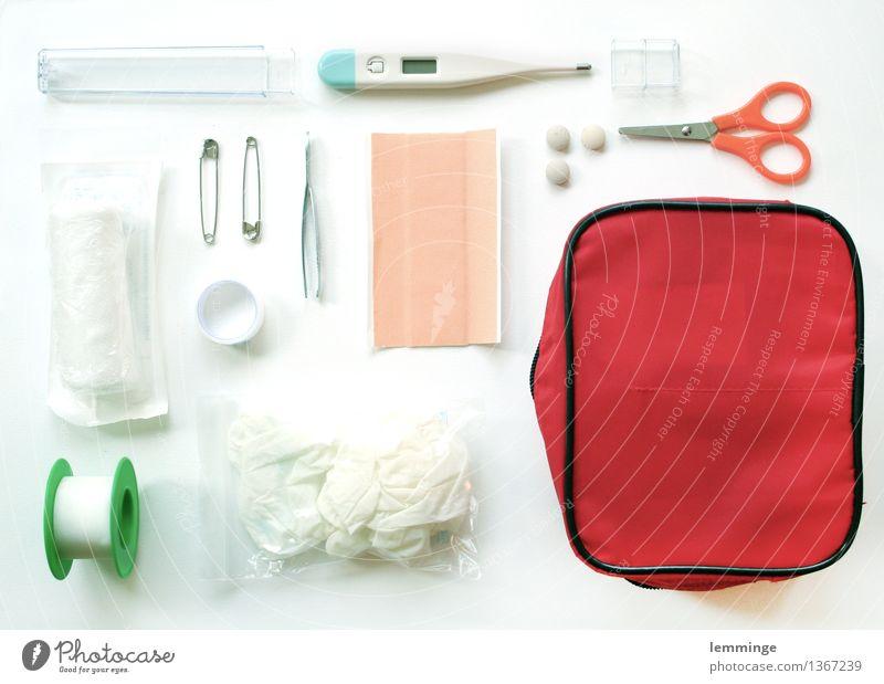 erste hilfe Gesundheit Gesundheitswesen Krankheit Medikament Schmerz Heftpflaster Erste Hilfe Rettung Fieberthermometer Verband Verbandkasten Super Stillleben