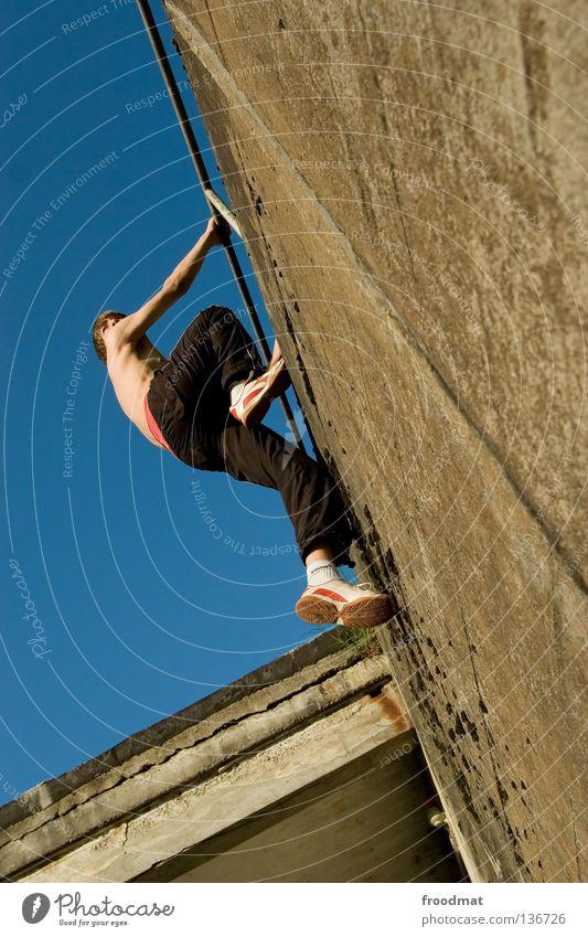 Wochenstart Jugendliche Himmel Freude Sport Erholung springen Spielen Bewegung Mauer Zufriedenheit elegant frei verrückt Aktion ästhetisch