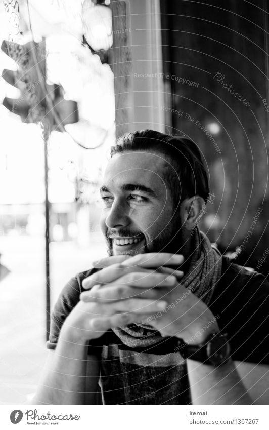 Joy Lifestyle Stil Mensch maskulin Junger Mann Jugendliche Erwachsene Leben Kopf Hand 1 18-30 Jahre Schal brünett kurzhaarig Lächeln lachen Blick sitzen