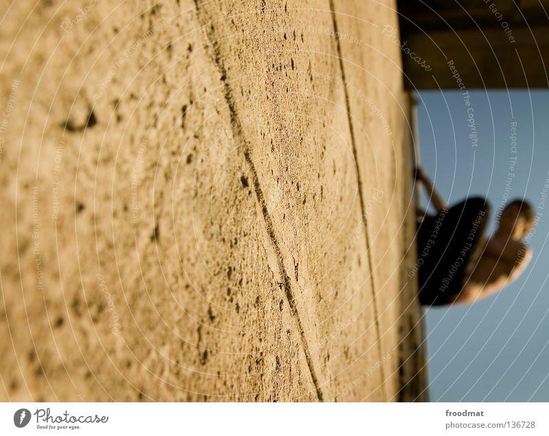 unscharf scharf Himmel Jugendliche Freude Erholung Spielen Bewegung springen Mauer Zufriedenheit elegant frei ästhetisch verrückt Aktion Coolness Klettern