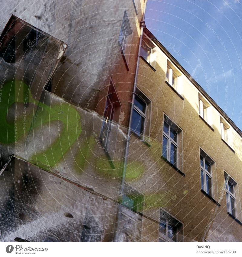 Tss... t Buchstaben Schriftzeichen Hinterhof Gebäude Haus Fassade Fenster Doppelbelichtung Letter Bauernhof