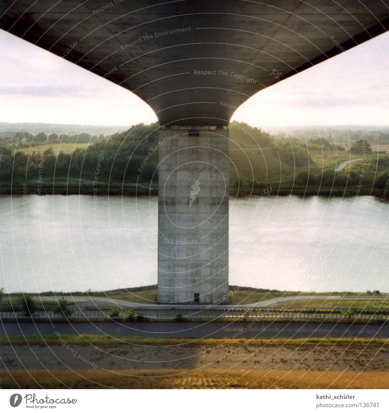 Nordostseekanal Schleswig-Holstein Beton Schifffahrt Spiegelsymmetrie Brücke Abend Abwasserkanal Wasser