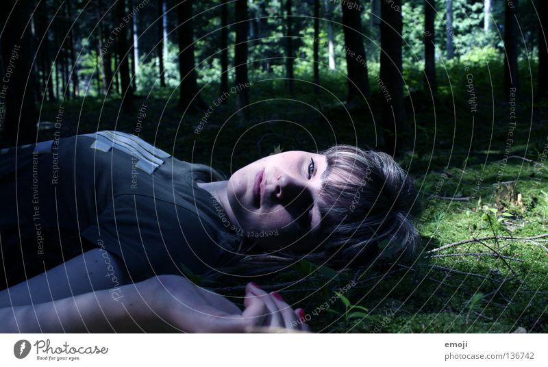 Schlaf für immer Frau Jugendliche Wald Tod Traurigkeit 2 gefährlich bedrohlich liegen Vorsicht unheimlich Leiche Mord Opfer ungemütlich Totschlag