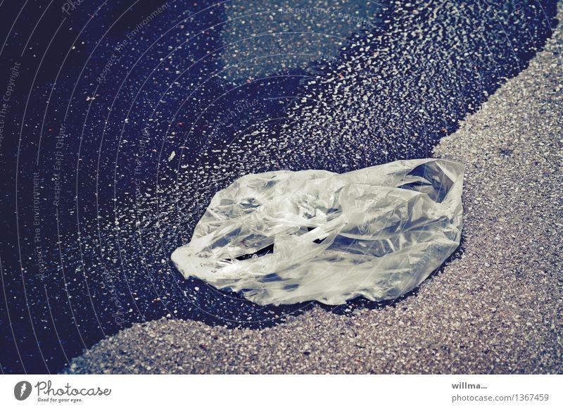 Weggeworfene Plastiktüte in Pfütze Umweltverschmutzung Kunststoffmüll Wetter Regen Tüte trashig diagonal nass leer ausdruckslos Strandgut Umweltschutz