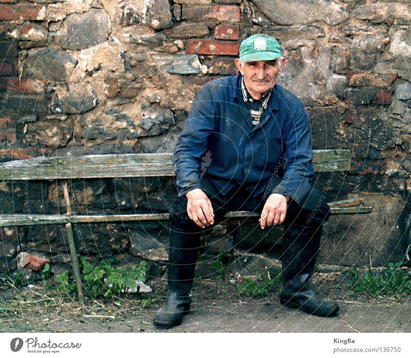Der letzte Großbauer Mauer Porträt verfallen Backstein Mann Landwirt Bank alt Neigung