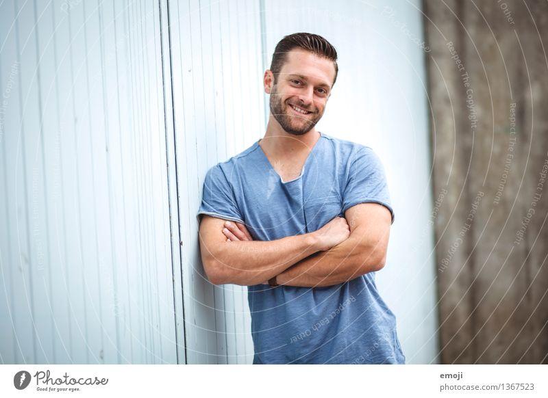 :) maskulin Junger Mann Jugendliche Erwachsene 1 Mensch 18-30 Jahre brünett Bart Dreitagebart sportlich Freundlichkeit Fröhlichkeit Glück schön muskulös blau