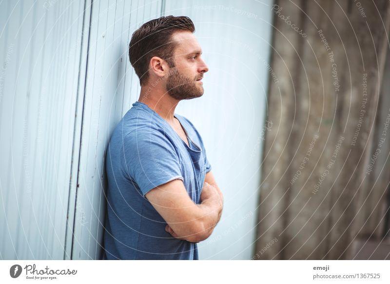 blue maskulin Junger Mann Jugendliche Erwachsene 1 Mensch 18-30 Jahre T-Shirt brünett kurzhaarig Bart Dreitagebart Coolness schön blau Farbfoto Außenaufnahme
