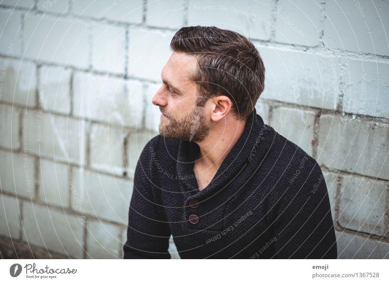 Profil maskulin Junger Mann Jugendliche Erwachsene 1 Mensch 18-30 Jahre brünett kurzhaarig Bart Dreitagebart trendy Farbfoto Gedeckte Farben Außenaufnahme Tag