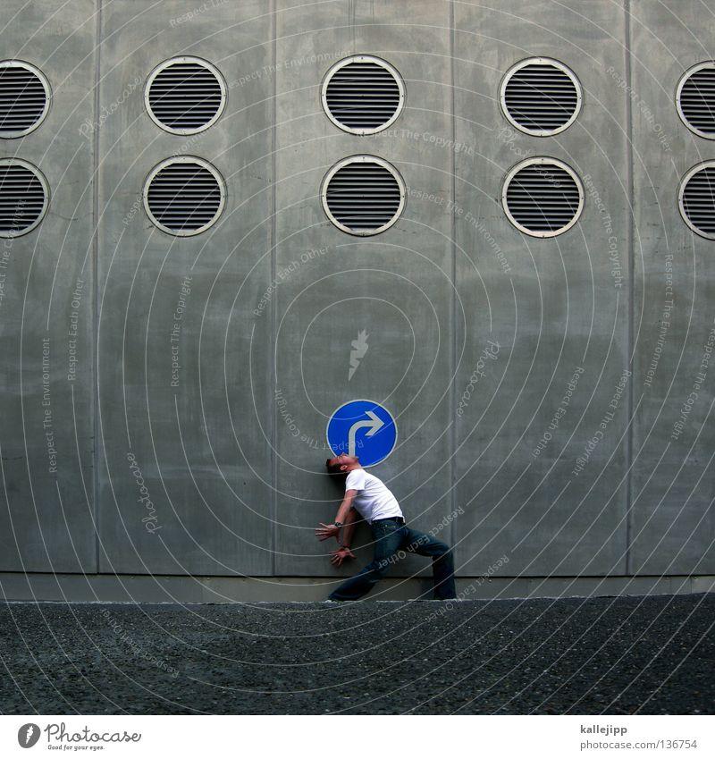 navigationsansage Mensch Mann blau Ferien & Urlaub & Reisen Stadt Straße Wand sprechen Bewegung grau Schilder & Markierungen Beton Verkehr Kreis Lifestyle Suche