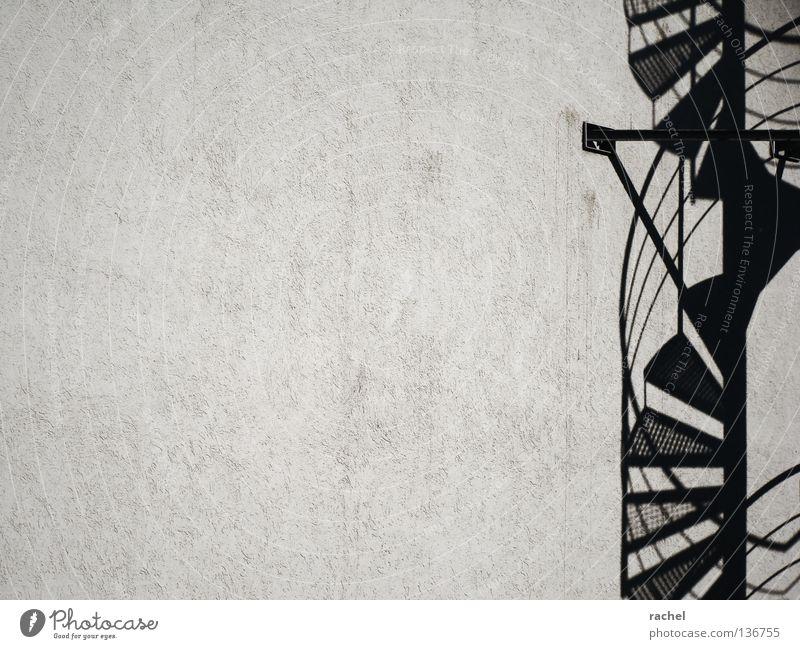 vertigo Wand Architektur Linie Raum Fassade dreckig elegant Treppe Häusliches Leben dünn Geländer drehen Treppengeländer leicht Konstruktion vertikal