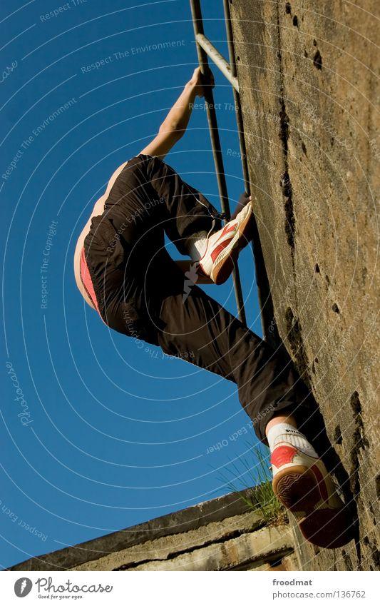 hoch hinaus Jugendliche Himmel Freude Sport Erholung springen Spielen Bewegung Mauer Zufriedenheit elegant frei verrückt Aktion ästhetisch