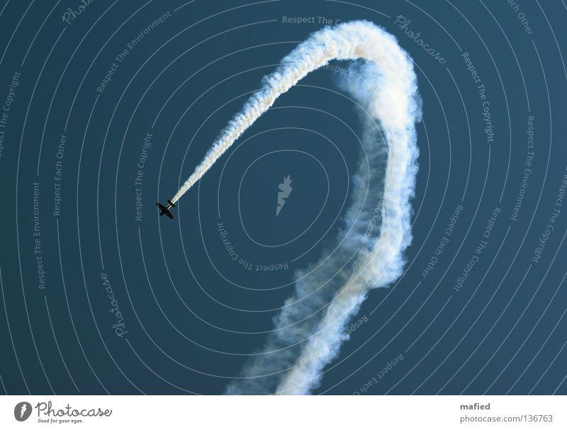 Eingeschränkter Luftraum Himmel blau weiß Freiheit fliegen Flugzeug Geschwindigkeit Tragfläche Motor Akrobatik Nervenkitzel Kondensstreifen Kick Kitzel Flugschau Kunstflug