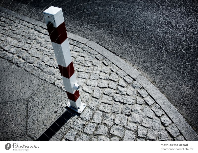 SCHLICHTE SCHÖNHEIT Fahrbahn Straßenverkehr Verkehr Am Rand Ecke Bordsteinkante Asphalt Pore hart dunkel schwarz Bürgersteig Mosaik klein groß trist Trauer