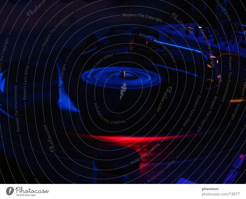 Vinylrotation Schallplatte Schwarzlicht Techno Club Party Bewegung Nahaufnahme Plattenspieler Technik & Technologie Plattenteller