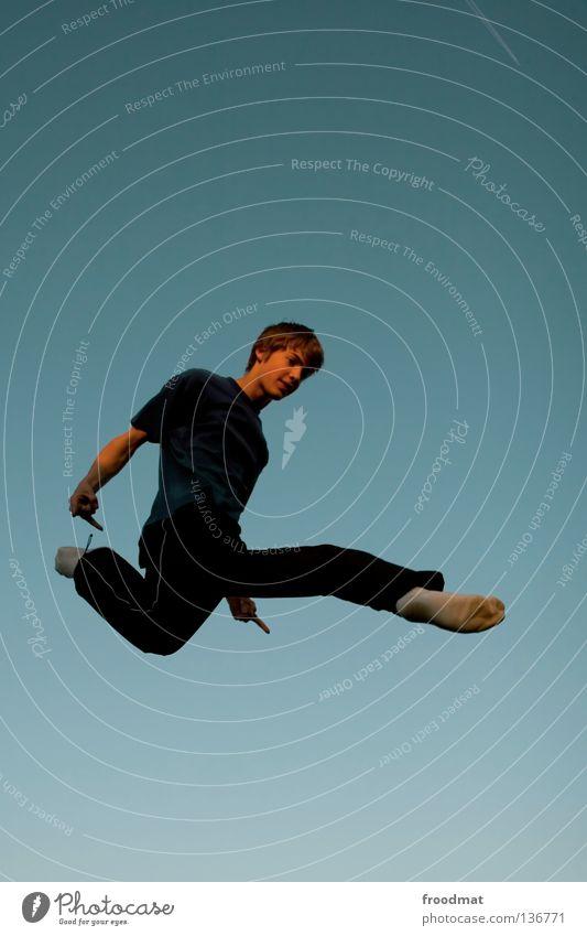 rock n roll Le Parkour springen Rückwärtssalto rückwärts Gegenlicht Schweiz akrobatisch Flugzeug Körperbeherrschung Mut Risiko gekonnt lässig schwungvoll Aktion