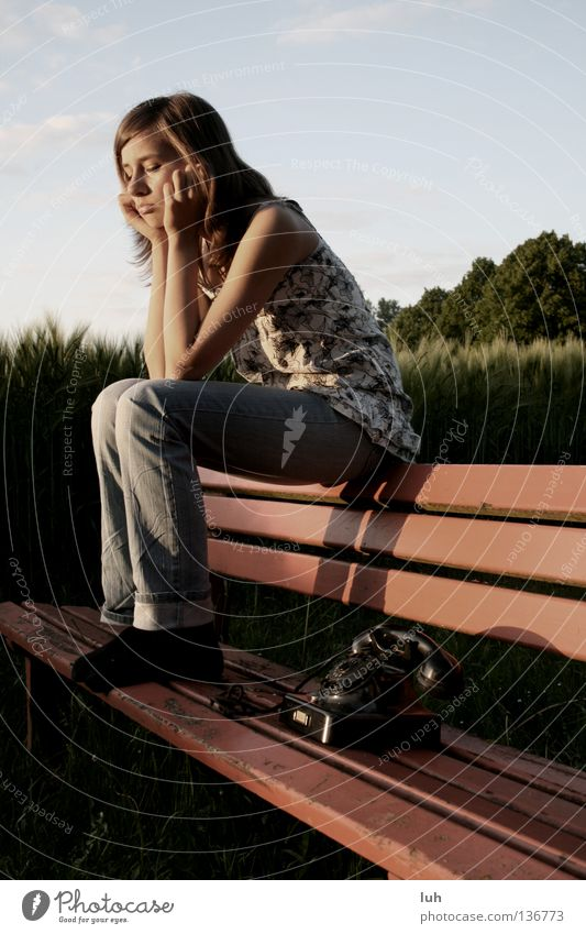 wartend auf seinen anruf sitzt sie da Jugendliche schön Einsamkeit schwarz Traurigkeit Gefühle Stimmung Hoffnung Telefon Trauer Wunsch Sehnsucht Verzweiflung