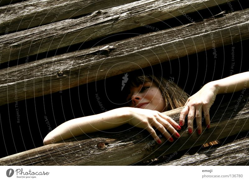 Schneewittchen Frau Jugendliche alt rot Freude Einsamkeit Holz lachen Stil hell Fröhlichkeit Aussicht verfallen Hütte erleuchten schäbig