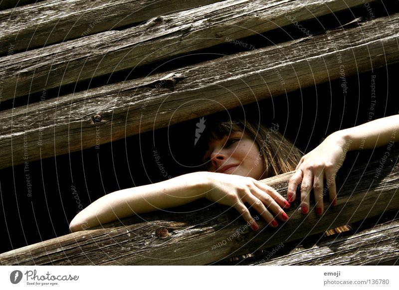 Schneewittchen Fröhlichkeit Frau Jugendliche Holz Stil Aussicht erleuchten hell verfallen Gegenteil herausschauen rot Fingernagel Hütte janine young woman happy