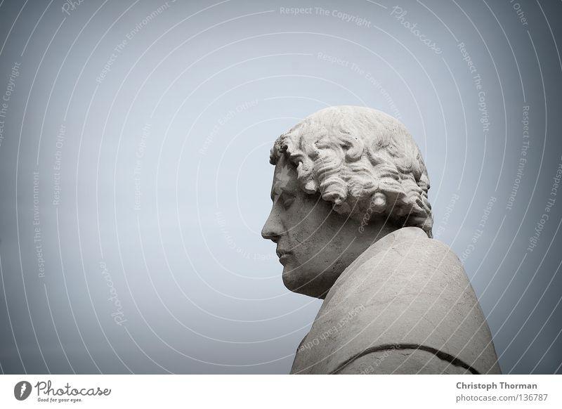 Alexander Hold Gedächtnisstatue Statue Denkmal Granit hart kalt grau Mann Robe Tracht Perücke hell-blau bewegungslos historisch Antiquität antik heilig Glaube