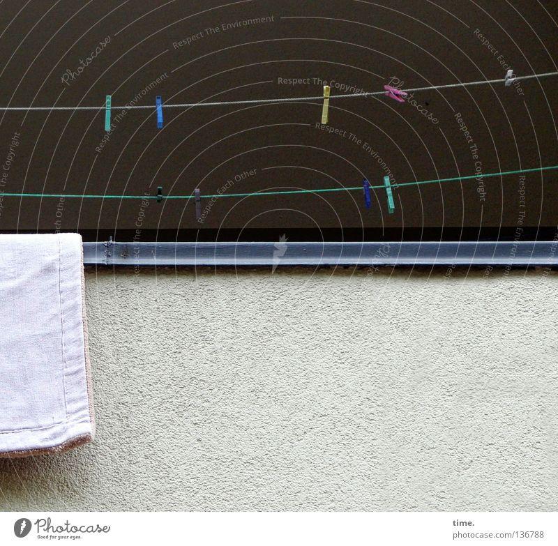 Außer Betrieb Balkon Sims Wäscheleine Wäscheklammern mehrfarbig quer dunkel Hintergrundbild Mauer Putz trocknen Klammer Textilien Naht Ecke hängen befestigen