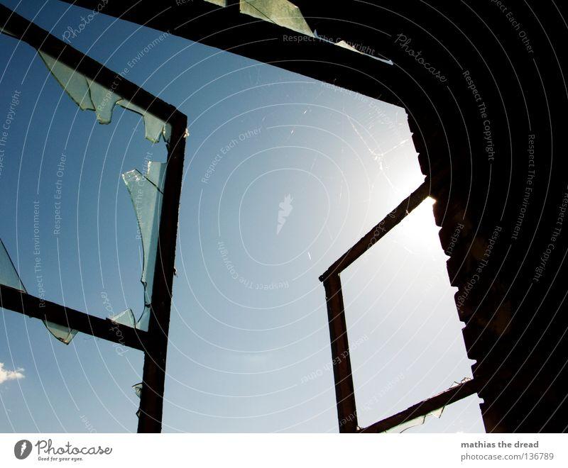 HOFFNUNG Fenster Fensterrahmen Quadrat Rechteck Ecke eckig Glasscherbe gebrochen kaputt zerschlagen vergessen gefährlich geschnitten Bruch Lichtbrechung