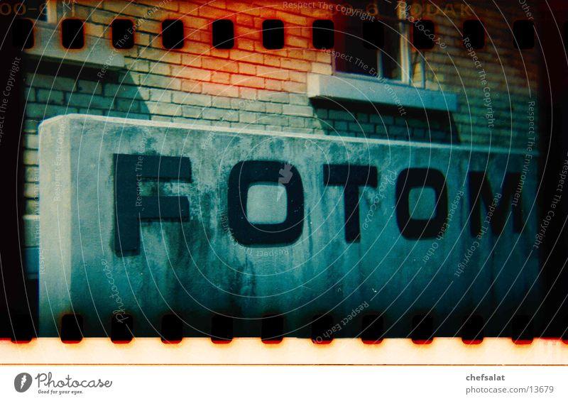 Foto Fotografie Perforierung Holga Mauer Winterthur Fototechnik Schriftzeichen Kodak Kleinbild Fotomuseum Filmperforation