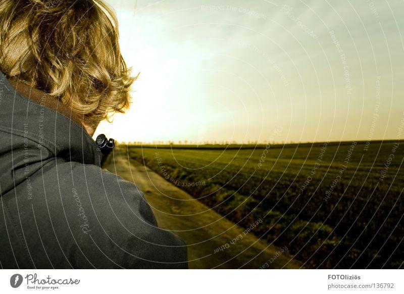 der weg gehen Ferne Mann Junger Mann Feld Einsamkeit Mensch Wege & Pfade himmel horizont Ferien & Urlaub & Reisen laufen Rücken fort gehn wech Landwirt