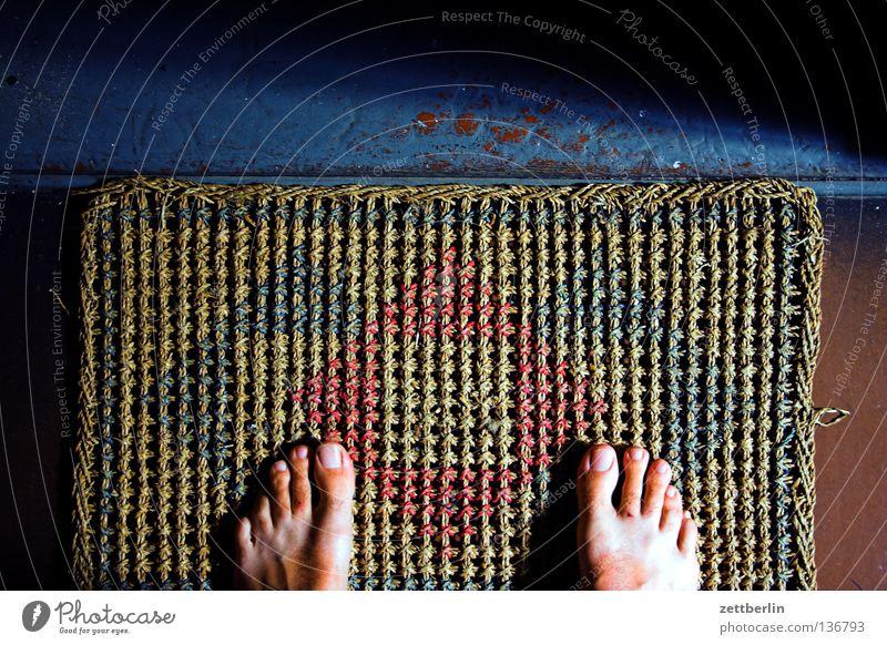 Besuch Mensch Fuß Tür Wohnung warten stehen Häusliches Leben Treppenhaus Eingang Langeweile Barfuß Besucher Fußmatte Sisal