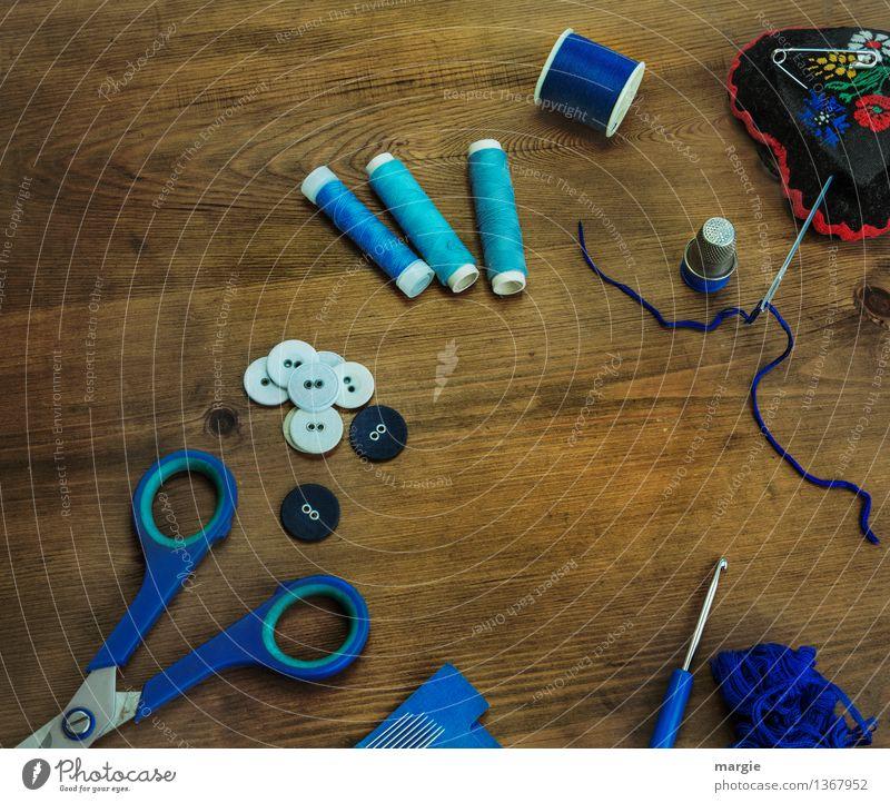 Blaue Nähstunde blau Holz Mode braun Bekleidung Beruf Sammlung Arbeitsplatz Nähgarn Knöpfe Schere Nähen Handarbeit Nadel stricken Schneider