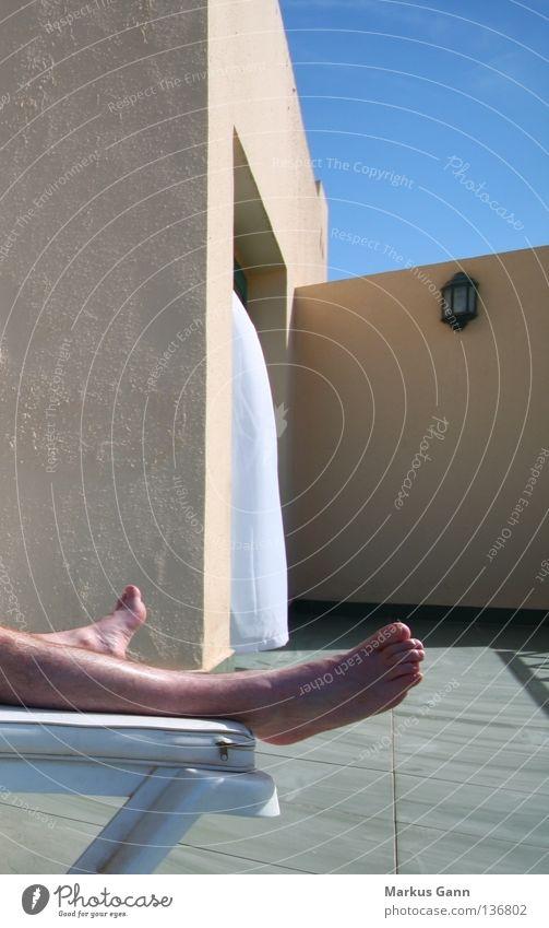 Urlaub Himmel blau Sommer Ferien & Urlaub & Reisen ruhig Haus Erholung Wand Fuß Beine heiß Liege Balkon Langeweile Sonnenbad Vorhang