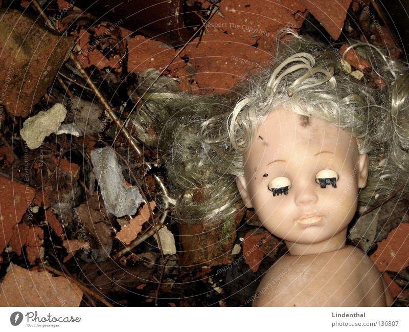 USED Mädchen Auge Einsamkeit Tod Traurigkeit Mund dreckig blond Nase geschlossen Trauer kaputt Spielzeug Kindheit Verzweiflung Puppe
