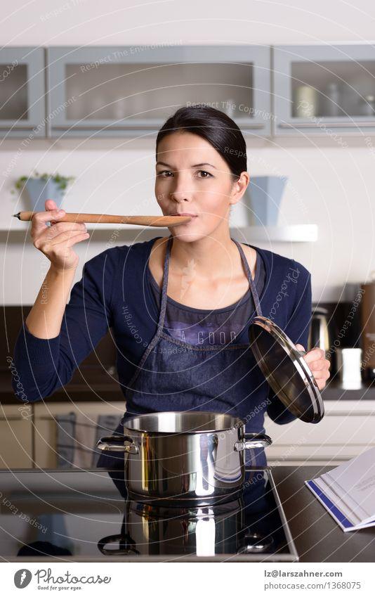 Mensch Frau Gesicht Erwachsene Glück Lifestyle Textfreiraum Lächeln Kochen & Garen & Backen Küche Kontrolle Abendessen heimwärts Haushalt Mischung Topf