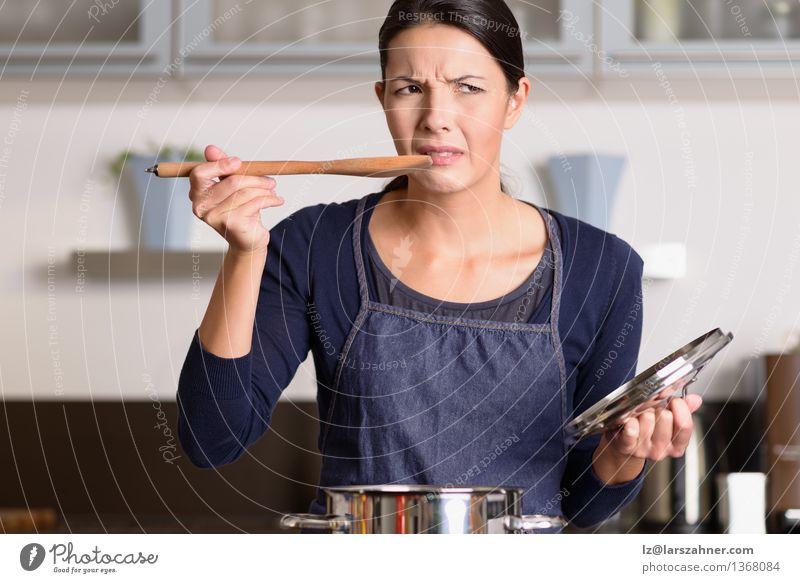 Mensch Frau Gesicht Erwachsene Kochen & Garen & Backen Küche Wut heiß Abendessen Grimasse Topf Löffel Ausdruck Haushaltsführung Vorbereitung