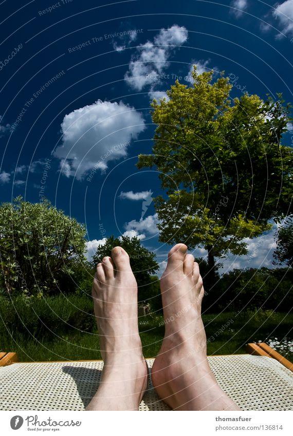Sonntag Sommer Freude Ferien & Urlaub & Reisen Erholung Garten Fuß Freizeit & Hobby Liege genießen Mensch Blauer Himmel bequem Liegestuhl Sonntag Wochenende Schrebergarten