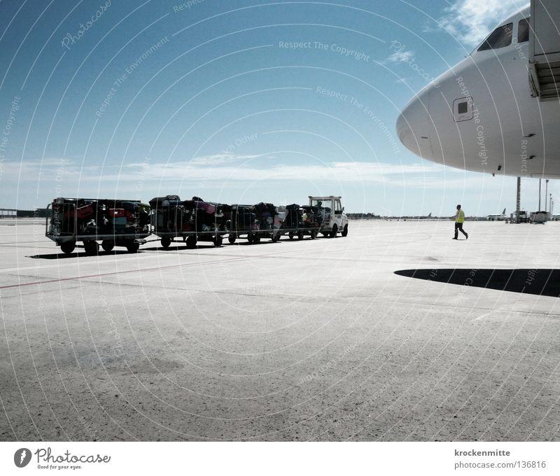 Kofferkaffeefahrt Mann blau Ferien & Urlaub & Reisen Wolken gelb Ferne Fenster Linie Flugzeug fliegen Schilder & Markierungen Beginn leer Luftverkehr Platz