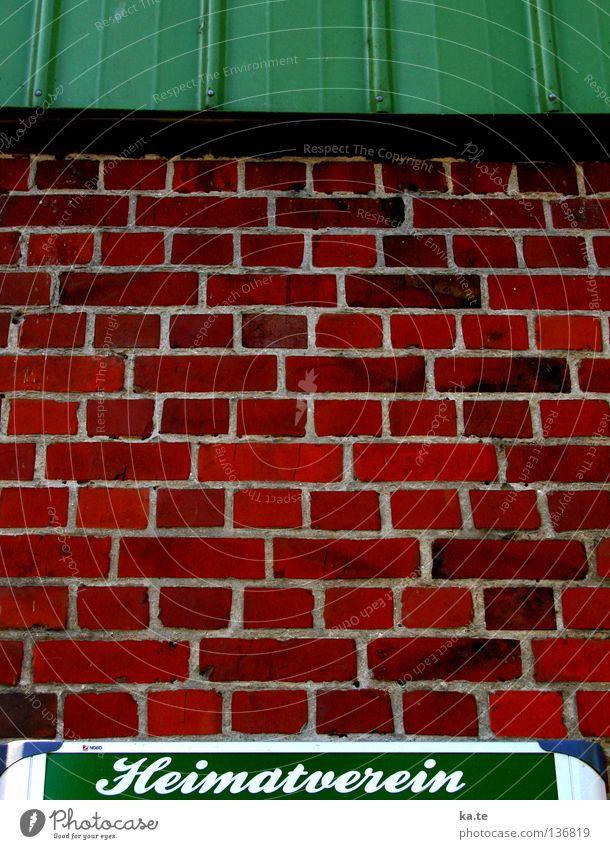 Landleben grün rot ruhig Haus Wand Mauer Zusammensein Wohnung Information Bauernhof Dorf Idylle Gelassenheit Backstein Landwirtschaft Amerika